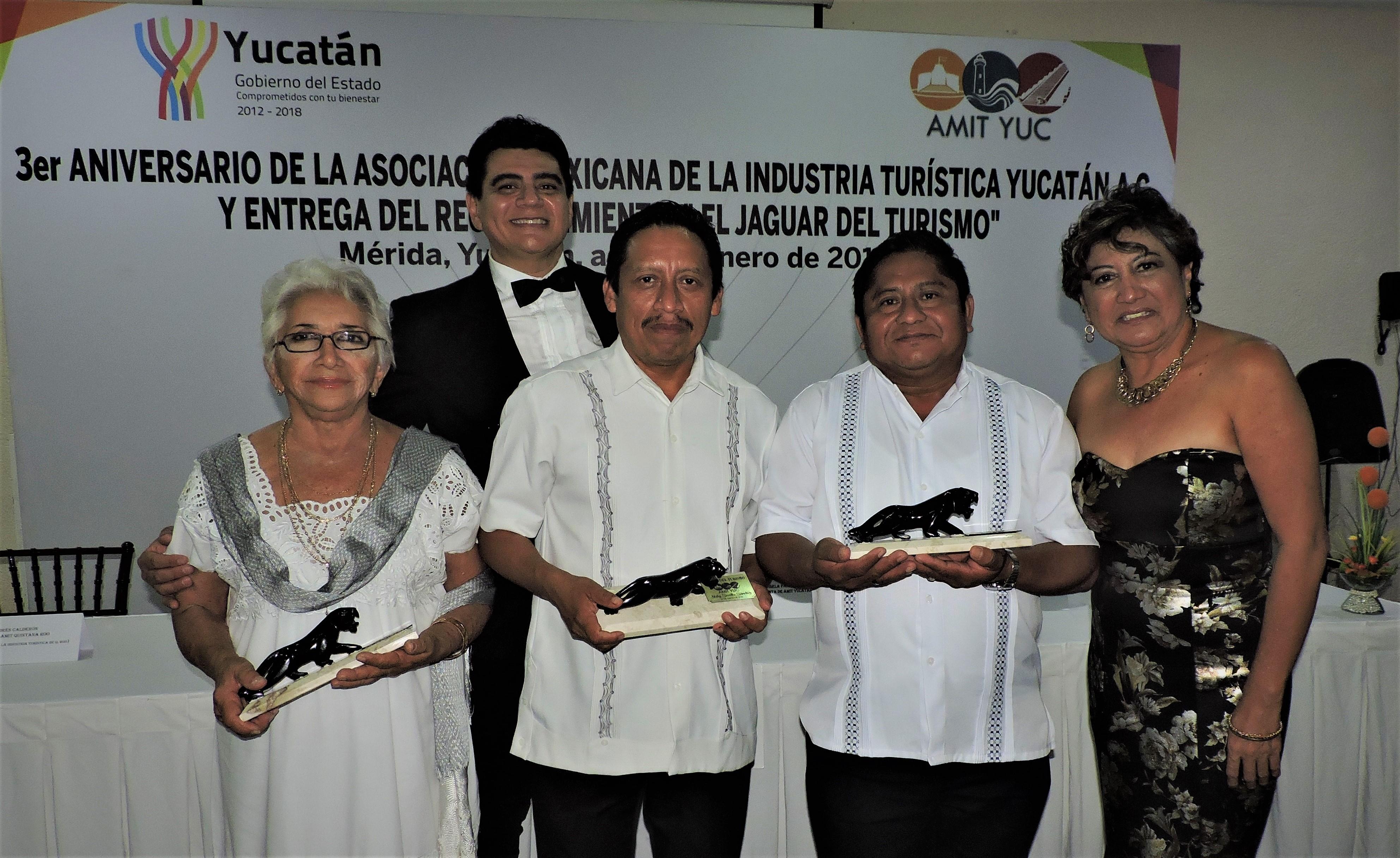 """Nuby-Sevilla-Sánchez-Crisanto-Kumul-y-Bernardo-Caamal-Itzá-destacados-promotores-culturales-anoche-recibieron-el-galardón-Báalam-o-""""J.jpg"""