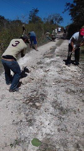La-comunidad-de-Petulillo-reparan-el-prinicipla-camino-de-acceso.jpg
